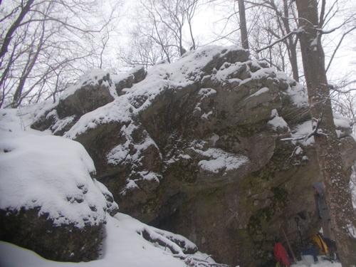 skalka, pod kterou jsme vykopali novou jeskyni (foto Kleberc)