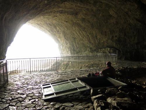 jeskyně Kůlna a vstup do Křížových jeskyní