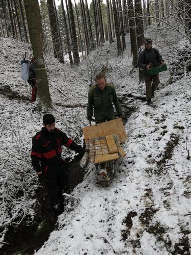 transport materiálu k jeskyni V Jedlích