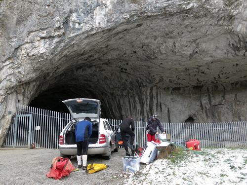 před jeskyní Kůlnou, příprava na Křížovy jeskyně