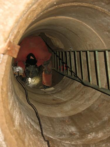 pod vstupní skruží Křížových jeskyní