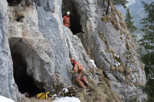 cestou do Doliny - všude samé jeskyně (foto Pěkná)